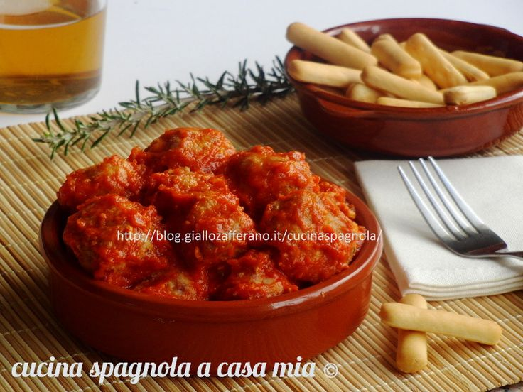 POLPETTE AL SUGO DI POMODORO,  MONDO TAPAS | Cottura al forno: http://blog.giallozafferano.it/cucinaspagnola/polpette-al-sugo-di-pomodoro-tapas-forno/