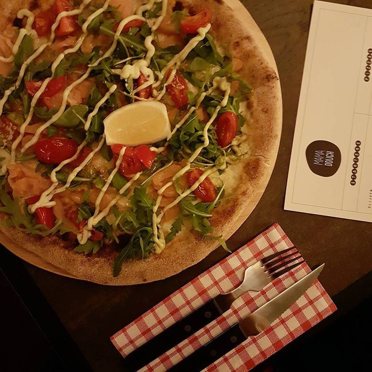 We aten vandaag 2 pizza's bij Mama Dough. Een fijne spot in Amsterdam Oost met fijne mensen en lekkere pizza's. Dit is de salmone met mozarella zalm verse tomaat avocado creme fraîche citroen en rucola en die is echt heel lekker. [Meer zien? Van starter tot dessert staat nu in onze Story] #MamaDough #Amsterdam #Oost #AmsterdamOost #Beukenplein #pizza #pizzeria #bruschetta #food #foodie #foodporn #foodblogger #italian