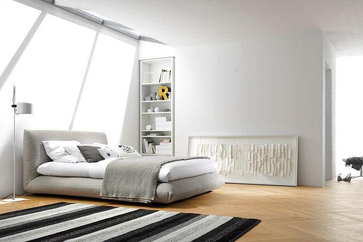 """Mit seiner runden und weichen Form wirkt """"Jalis"""" unglaublich gemütlich. Die integrierte Boxspring-Matratze sorgt dafür, dass sich das Bett wirklich so bequem anfühlt, wie es aussieht. Den scheinbar schwebenden Rahmen gibt es mit komplett wechselbaren Bezügen. Größe: Breiten zwischen 120 und 200 cm."""