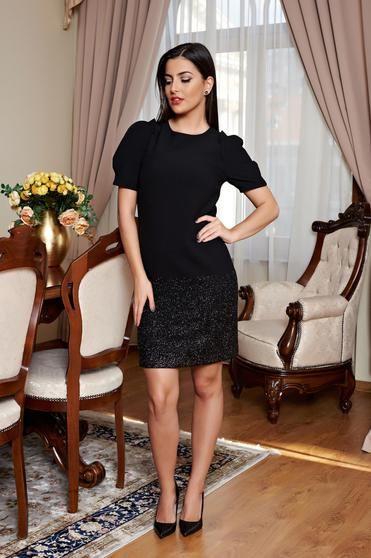 Rochie Sweet Devotion Black - Rochie din material usor elastic, cu croi drept, captusita pe interior, ce avantajeaza orice tip de silueta. In partea de jos are fir lame. Se potriveste pentru a fi purtata la o ocazie in combinatie cu pantofi cu tocul inalt.