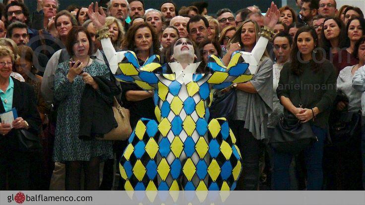 Rubén Olmo recibió al público como arlequín en el Museo Pompidou de Málaga (foto © Danielmpantiga.com)