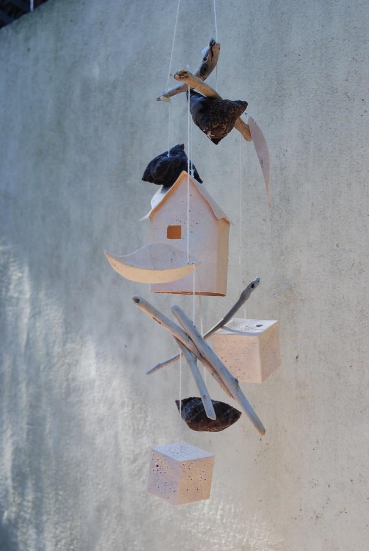 """Mobile """"Maison suspendue"""". Bois flottés, soie et papier. Par Atelier La Boîte À Muses"""