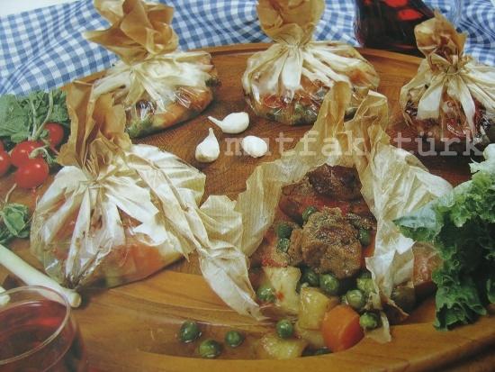 """kağıt kebabı """"Türk Mutfağı""""nın en özgün yemeklerinden biri olan """"Kağıt Kebabı"""", farklı mevsim sebzeleri ile de hazırlanabilir"""
