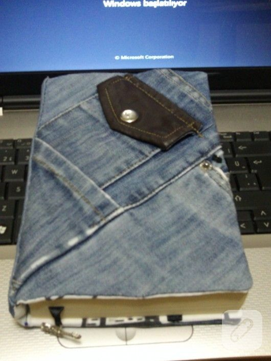 eski bir kot pantolondan yapılmış cepli kitap kılıfı hem çok kullanışlı hem de farklı bir çalışma olmuş. ilham verici geri dönüşüm fikirleri 10marifet.org'da