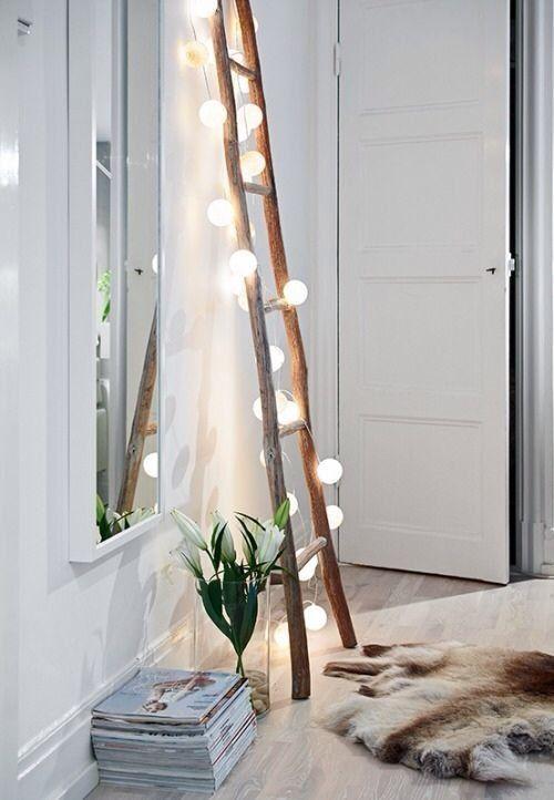 Imagem: Reprodução Pinterest / Uma escada improvisada junto a um cordão de lâmpadas dão vida à sala