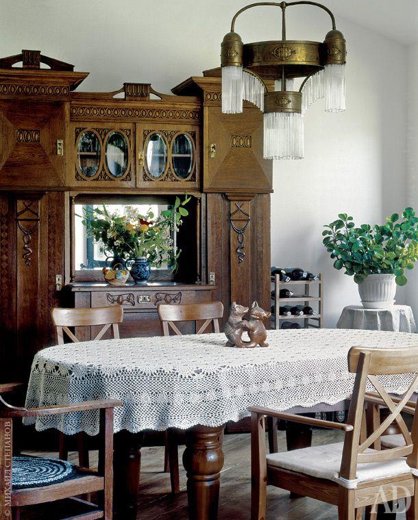 В столовой подмосковного дома Франгуляна стоит антикварный буфет — такой же, как в доме его детства в Тбилиси.