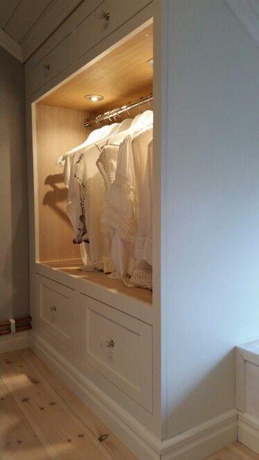 Klädkammare, walk in closet. Nu är den snart klar, bara lite listning kvar! Platsbyggd garderob i massiv ek, vitlaserad och vitmålad. Och jag är jäkligt nöjd!