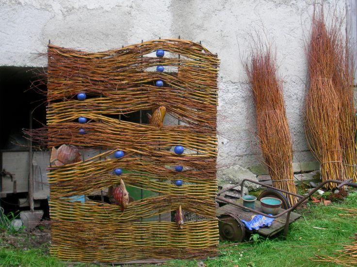 Best 20 sichtschutz weide ideas on pinterest weiden pflanzen flechtzaun and trellis zaun - Gartendeko aus weidengeflecht ...