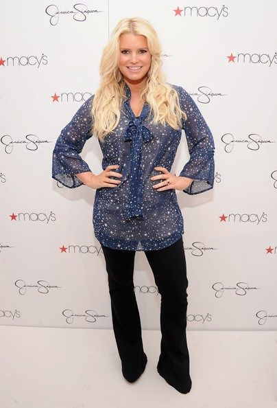 Jessica Simpson Dropped 60-Pounds Drinking Smoothies. 15-day smoothie diet where she consumed: 5 days of 3 smoothies a day (with 2 healthy snacks); 5 days of 2 smoothies a day (2 healthy snacks, 1 meal); and 5 days of 1 smoothie day (with 2 snacks and 2 meals).