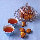 Madeleines met honing (ingrediënten: ei (2 st), suiker, bloem, bakpoeder, boter, melk en honing/ahornsiroop) (@ Okoko Recepten)