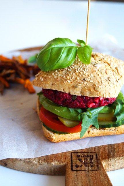 vegetarische bietenburger met feta en avocado