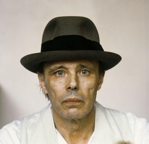Joseph Heinrich Beuys (1921 -  1986) was een Duits beeldend kunstenaar. Hij maakte tekeningen, plastiek, sculptuur en installaties. Bekend werd hij met plastische objecten, performances en Fluxusconcerten. Hij was professor in Düsseldorf en wordt gezien als een van de meest invloedrijke Duitse beeldhouwers uit de tweede helft van de 20e eeuw.