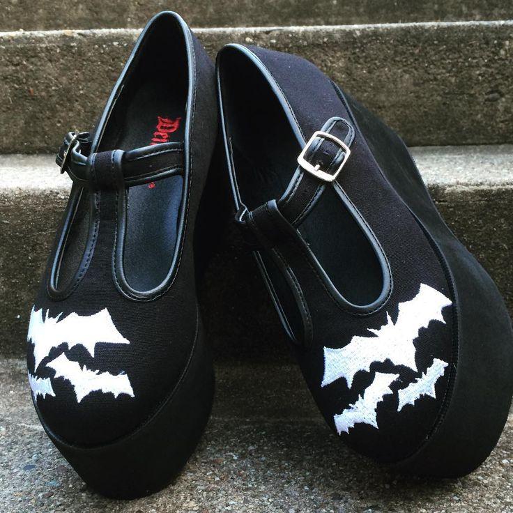 "1,253 To se mi líbí, 10 komentářů – Sinister Soles (@sinistersoles) na Instagramu: ""Black canvas #platformshoes w/ T-strap front and embroidered Bats! Search Click at…"""
