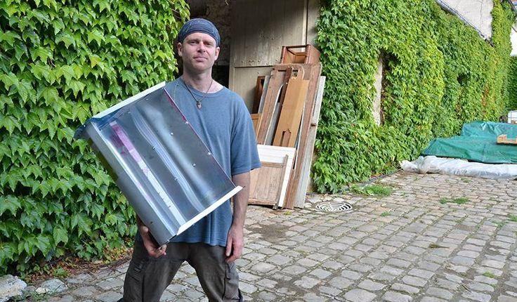 Daniel Connell présente l'une des pales qu'il vient d'assembler, pendant la POC 21. © Adèle Ponticelli