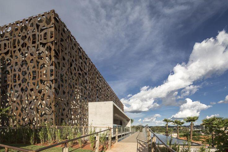 Galeria da Arquitetura | Restaurante NAU - O aço cortén se harmoniza com o concreto dominante