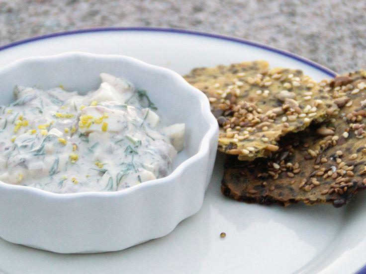 Gubbröra med båtbakat knäcke | Recept från Köket.se
