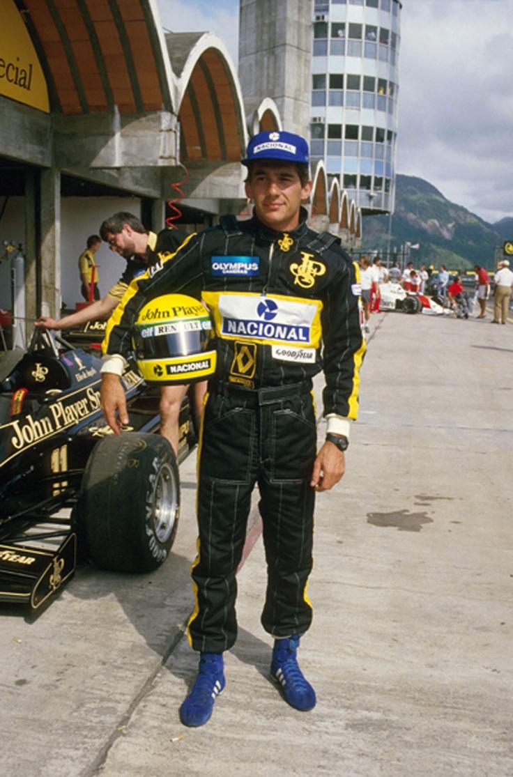 Ayrton Senna à vontade. Piloto de F1, em casa e posando de promessa. GP do Brasil, Autódromo de Jacarepaguá, Rio.