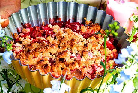 Smulpaj med rabarber och jordgubbar | Recept.nu