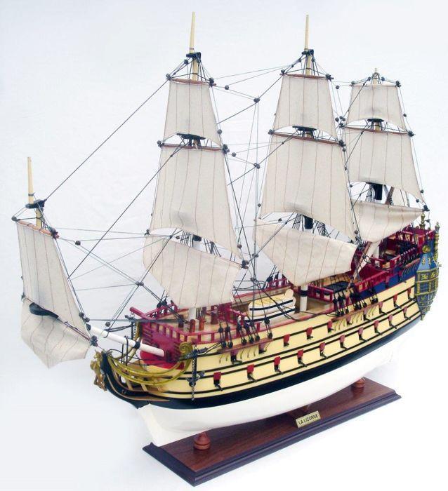 """Hergé - HMS """"La Licorne"""" - Het Geheim van de Eenhoorn  Historisch fregat """"H.M.S. Unicorn"""" uit 1665 dat onder andere deelnam aan de """"4 days battle"""" tijdens de 2e Engels-Nederlandse oorlog (1665-1667) werd een inspiratiebron voor Hergé's verhalen Het Geheim van de Eenhoorn en de Schat van Scharlaken Rackham! Het schip is in groot detail en met de juiste tuigage uitgevoerd. De afmetingen zijn: 60 cm lang 66 cm hoog en 14 cm breed. Prachtig en zeer fraai vormgegeven model van een historisch…"""