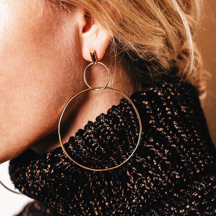 Boucles d'oreilles créoles double anneaux, grosse tendance bijoux 2018 qui booste nos lobes et enchante nos pièces du dressing.  https://www.mytrendymood.com/nouveautes/831-boucles-d-oreilles-double-anneaux-dore.html