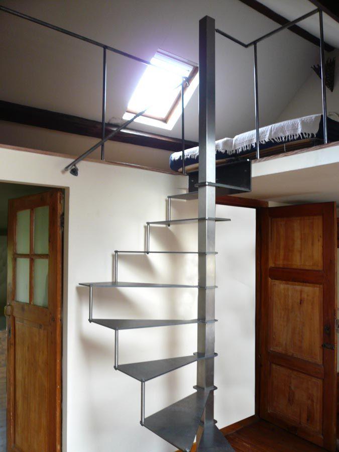 Petit escalier colimaçon compact en acier                                                                                                                                                                                 Plus