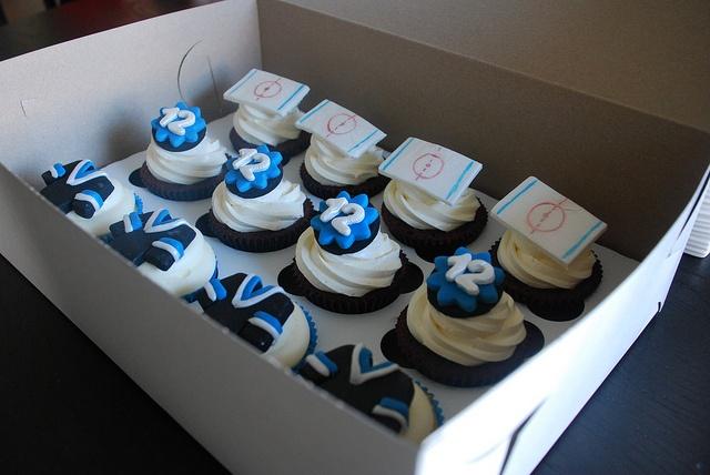 Cupcake Decorating Ideas Hockey : 19 best images about gateau fete on Pinterest Logos ...