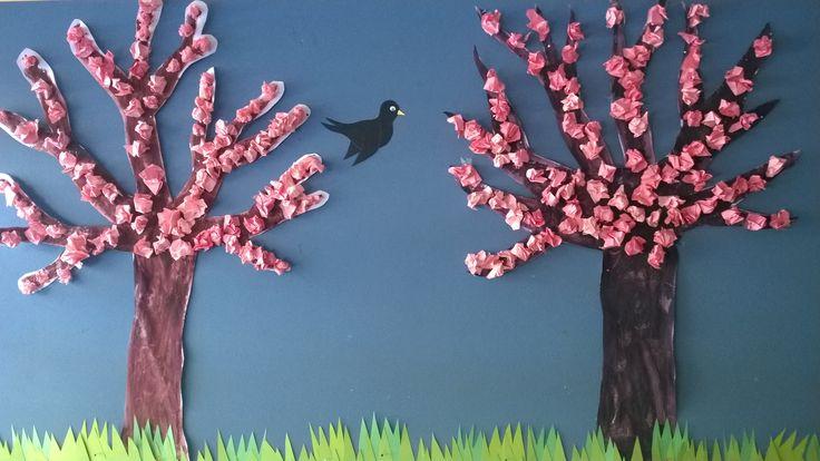 Puu maalattu, silkkipaperit rutisteltu ja ruohona kreppipaperia.