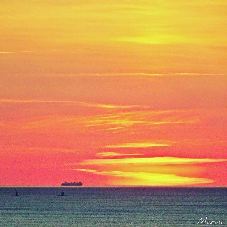 Quello che preferisco: le spennellate gialle di cielo. Voi?! #photographer #photooftheday #pic #sea #summer #livorno #l4l #likeforlike #igersitalia #igers #igerstoscana #igerslivorno #livornomare #loves_united_livorno #meloria #sunset #tramonto
