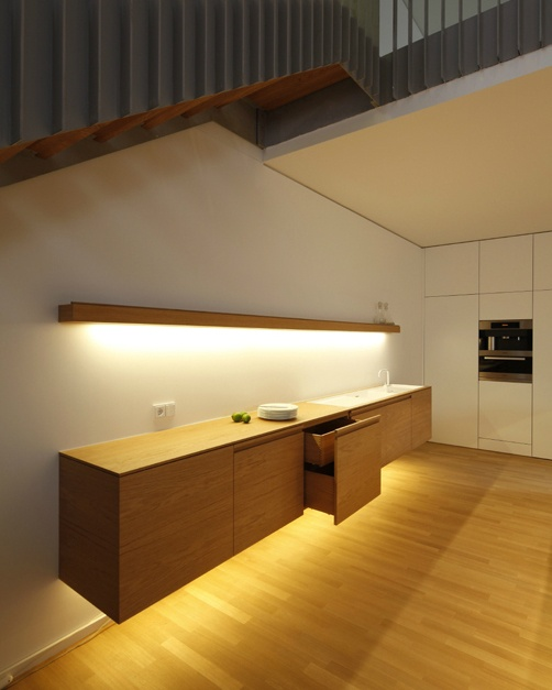 Custom made haning kitchen element by Holzrausch.