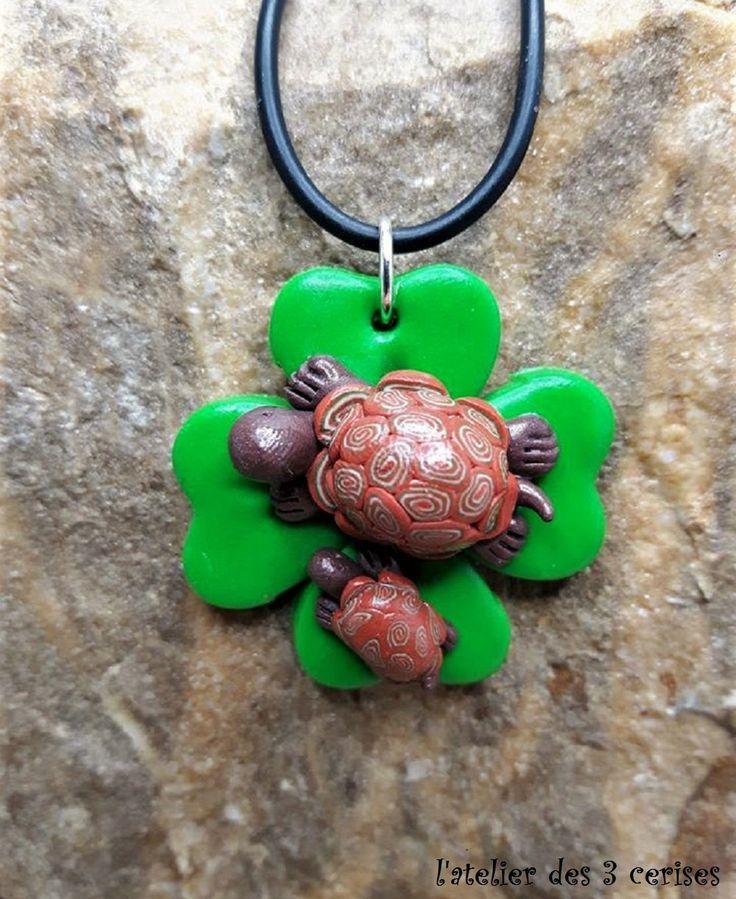 Collier trèfle à 4 feuilles avec sa tortue en fimo de la boutique latelierdes3cerises sur Etsy