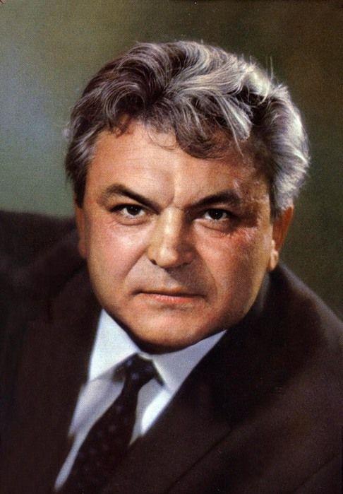 Сергей Федорович Бондарчук родился 25 сентября 1920 года в селе Белозерка Херсонской губернии. Его отец, Федор Петрович, и мать, Татьяна Васильевна