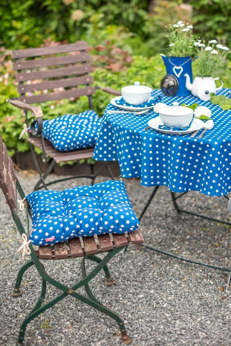 Ein knalliges Blau auf Tischdecken und Sitzkissen setzt frische Akzente im sommerlichen Garten. Toll in der Kombination mit Holz! #terrasse #kaffeetafel