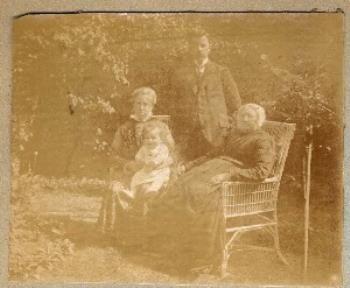 Groepsfoto van het gezin van Hendrik van Toor samen met zijn grootmoeder Maria Maarleveld-van West in Vlaardingse klederdracht. 1916-1920 #ZuidHolland #Vlaardingen