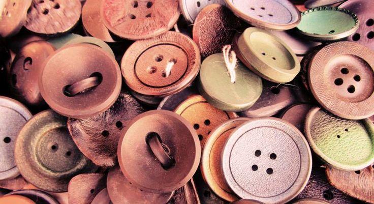 """Bottoni a scopo decorativo esistono dal 2000 a.C. ma l'uso pratico dei bottoni si è affermato in Germania dal 500 a.C. (si ha notizia di piastrine unite da un segmento che servivano a chiudere i polsini, come i moderni gemelli). Nel resto d'Europa i bottoni si diffondono nel Duecento, quando gli abiti a vita alta e maniche aderenti delle donne cominciano a richiedere un'allacciatura adeguata. """"Boton"""" dal francese """"bocciolo""""."""