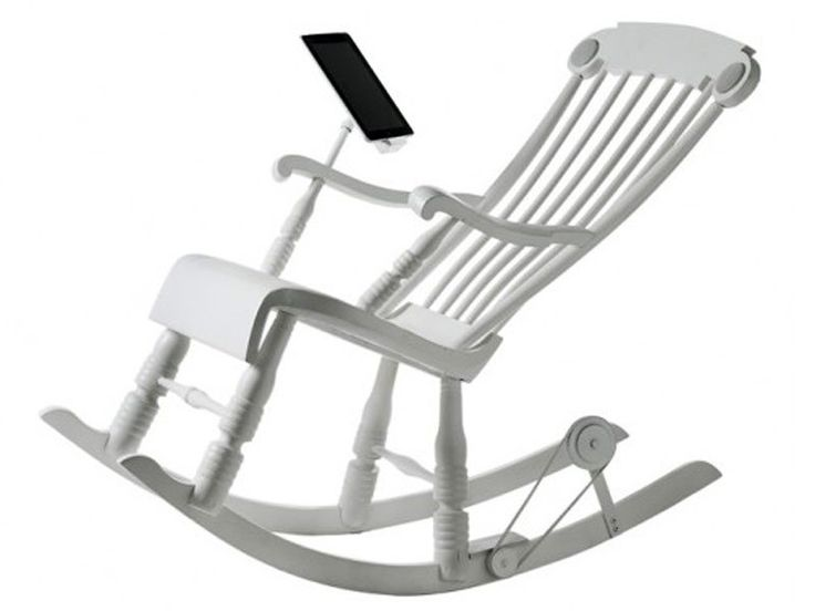 La sedia a dondolo Irock del brand Micasa Lab è stata studiata e realizzata con una tecnologia raffinatissima per caricare i tablet con l'energia del corpo umano.. #sediaadondolo #design #tecnologia