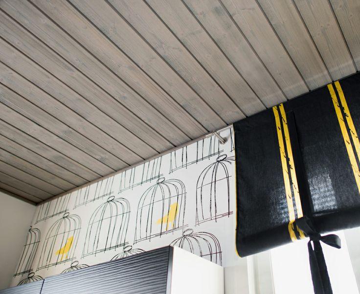 Käyttämällä sävytettyä paneelia katossa voi syventää tilan tunnelmaa.