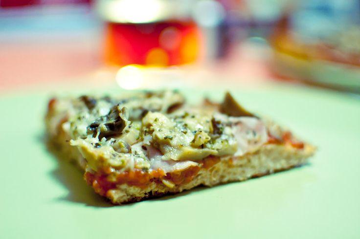 Como os decía, la dieta Dukan esta de moda, ya os conté como elaborar unos ricos churros dukan a base de los salvados que se comen en esta dieta, esta vez le toca el turno a la pizza, si, habéis leido bien, aunque estéis haciendo la dieta Dukan podéis comer pizza, una pizza elaborada a base de salvado de trigo y de avena,