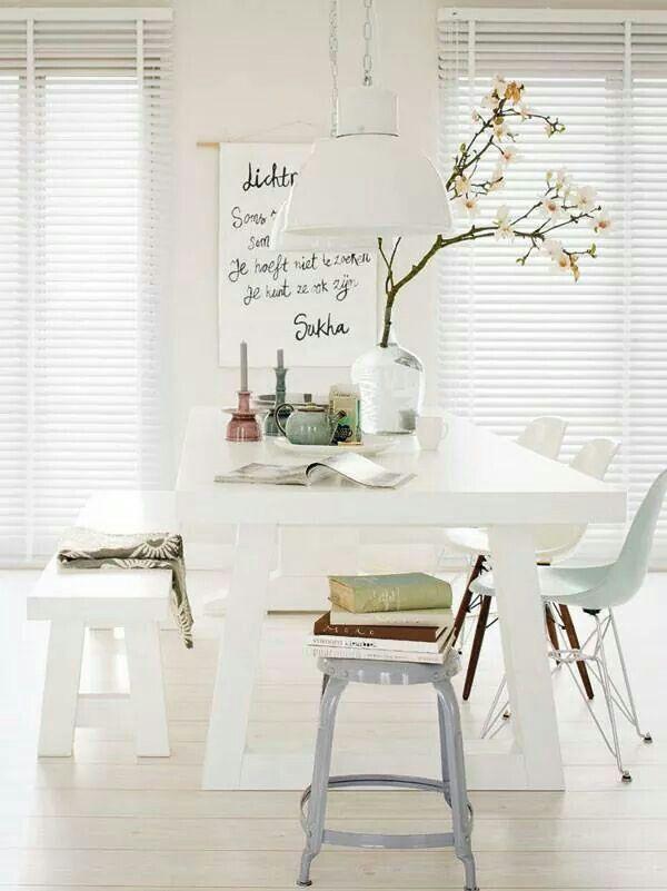 Mooie witte eettafel