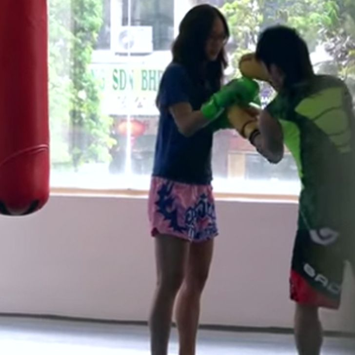 Love this: a pro female Muay Thai fighter pretends she has no idea what to do a boxing gym — until she challenges a trainer in the ring!