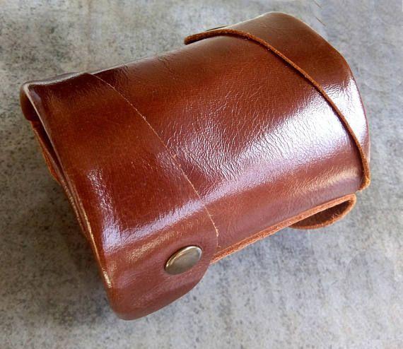 Accesorios de viaje: Monedero de muñeca de cuero está diseñado para ahorrar sus dinero, identificación, las tarjetas de crédito, llaves. Este bolso para hombre para: -deportes -viaja -vacaciones -baile -en la fiesta y otros.  Aquí link para monedero de muñeca de las mujeres:  https://www.etsy.com/listing/482951755/sold-order-womens-wallet-wallet-cuff?ref=shop_home_feat_3  Este bolso de viaje está hecho con cuero suave.  ¡100% hecho a mano!  ¡Accesorio exclusivo p...