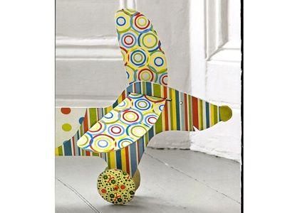 L'estate è alle porte! Crea insieme al tuo bambino un simpatico bassotto di cartone colorato... da passeggio. Johnny il bassotto sarà un compagno fedele per tuo figlio nelle sue avventure in giardino o nel parco.