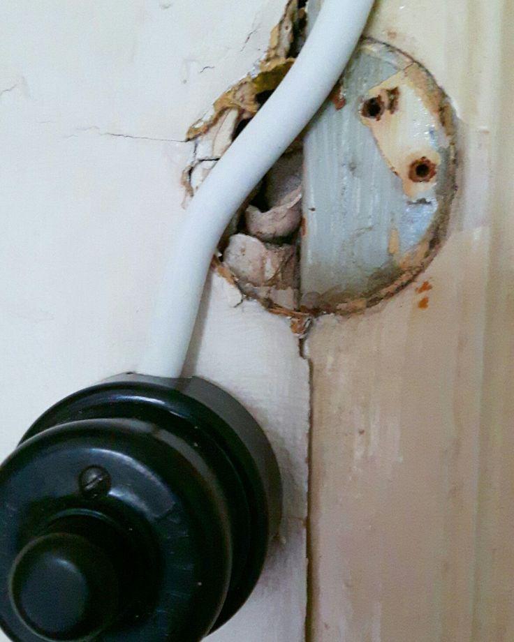 När vi drog om elen härom veckan dök det upp vackra färger och gamla tapeter bakom kablar och kontakter. Den här blågråa fån dörrfodert i kammaren skulle vara fin att nåla på någon vägg i huset.