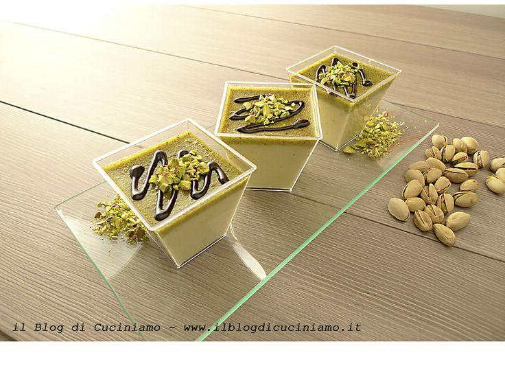 Ricetta della panna cotta al pistacchio: http://www.ilblogdicuciniamo.it/ricette/dessert/panna-cotta-al-pistacchio/ www.ilblogdicuciniamo.it #ricette #dessert
