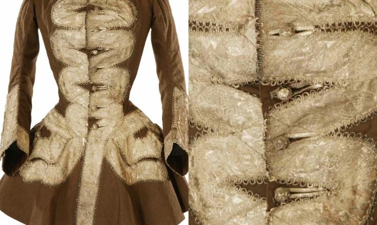 Jaqueta de equitação.Este é um casado de lã marrom costurado à mão,da década de 1750,é estilizado a partir de um casaco masculino,e modificado com a costura da cintura para caber sobre estadias e uma saia larga.Detalhes minuciosos,possui uma trança de metal pesado e permite o arranjo em torno dos bolsos e em curvas rococós na frente da jaqueta.A guarnição é constituída por três partes uma fita larga de fio de prata,tecido num padrão geométrico e uma estreita presilha de prata em ambos os…