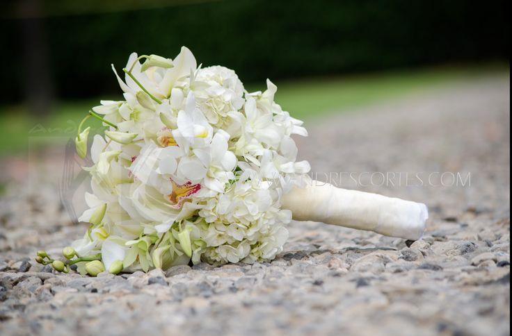 Bridal bouquet white hydrangea and dendrobium orchids and symbidium. Ramo de novia en hortensia blanca y orquídeas dendrobium y symbidium. Diseño de Andrés Cortes www.andrescortes.com