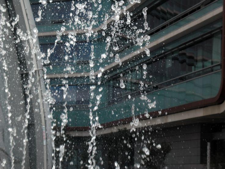 gotas de agua en el aire congeladas