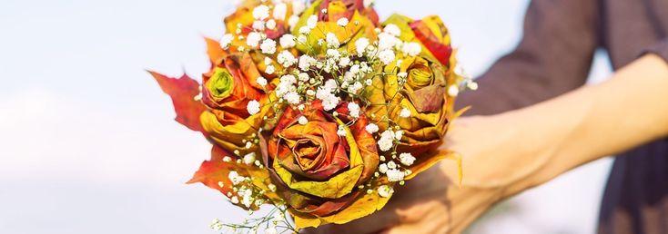 Do zrobienia róży potrzebujemy: ok. 10 kolorowych, klonowych liści w różnych rozmiarach na jedną różę, sznurek, nożyczki, taśma florystyczna (najlepiej zielona lub brązowa).