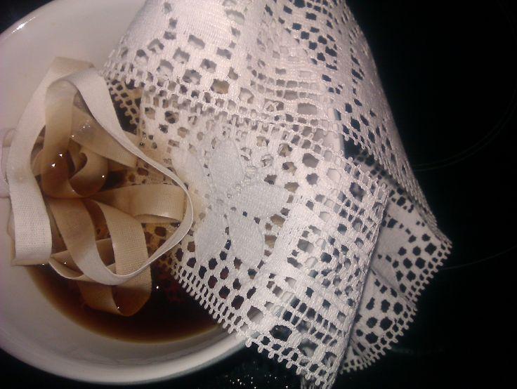 Dyp i te *s* Skulle bruge nogle råhvide, beige bånd og blonder!