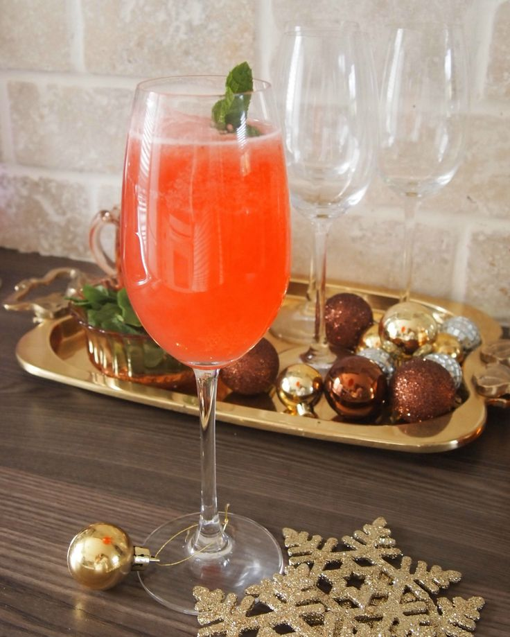 Raspberry Holiday Mocktail Recipe - Hello Yellow Blog #LeonsHelloHoliday