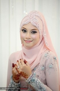 I've pinned her dress before, and now i'm pinning her hijab style. but it's so pretty!! <3
